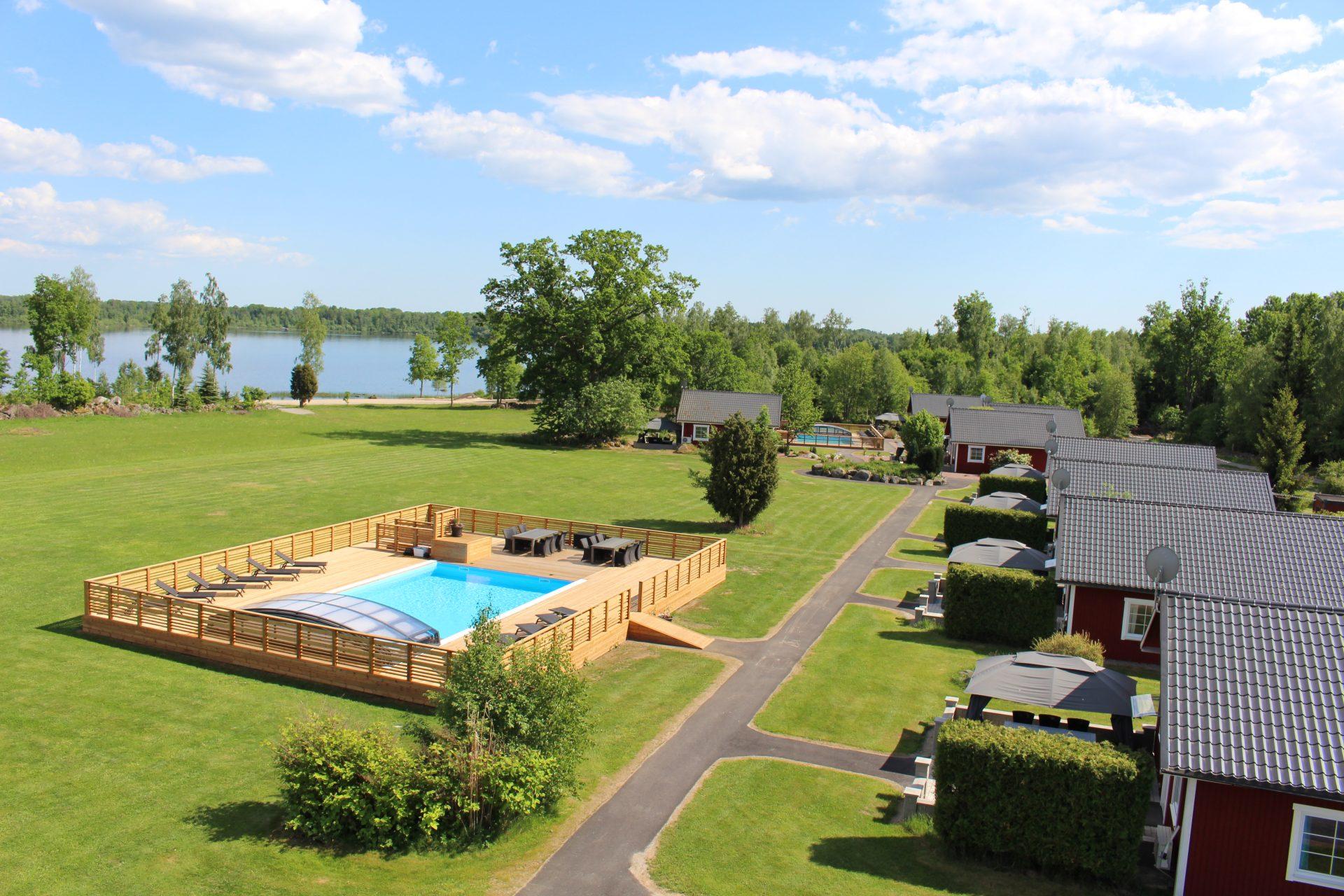 Semesterby med stugor och pool Småland