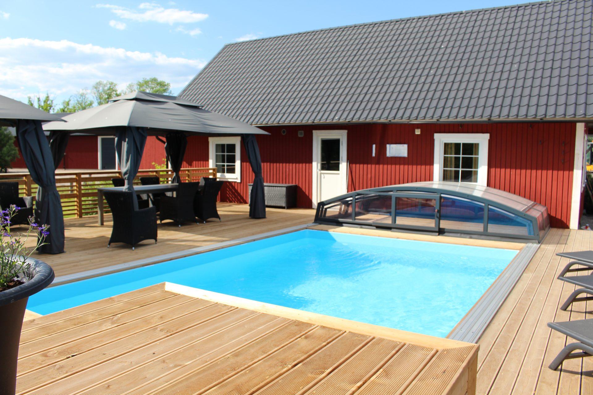 Röd stuga med pool Småland