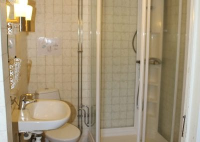 Badezimmer im Erdgeschoss mit Dusche